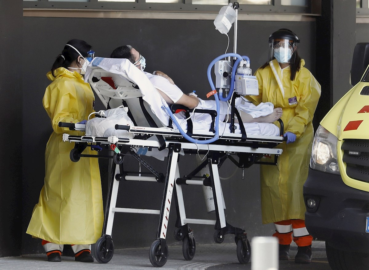 Un enfermo de Covid-19 es llevado este domingo al edificio Delta del Hospital Universitario de Bellvitge, Barcelona, en donde se ingresan exclusivamente pacientes con sintomas o enfermos por la pandemia. EFE/ Andreu Dalmau