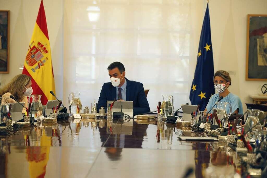 Las vicepresidentas Nadia Calviño y Yolanda Díaz junto al presidente Pedro Sánchez en el Consejo de Ministros. Foto: EFE/Javier Lizón