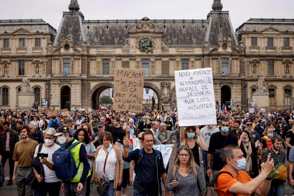 Miles de personas se manifiestan en París este sábado contra la vacunación covid. EFE/EPA/YOAN VALAT
