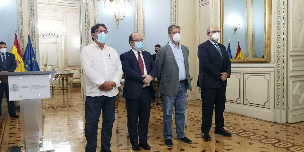 El ministro de Política Territorial y Función Pública, Miquel Iceta, y los representantes de los sindicatos tras firmar el acuerdo para reducir la temporalidad en las administraciones