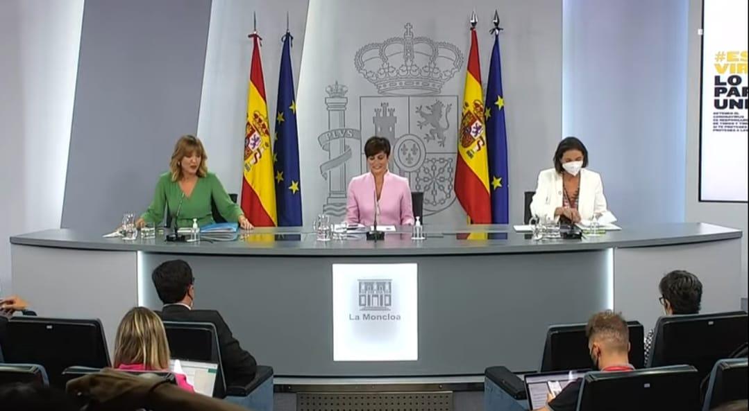 La portavoz del Gobierno, Isabel Rodríguez, la ministra de Industria, Turismo y Comercio, Reyes Maroto, y la ministra de Educación, Pilar Alegría, en la rueda de prensa del Consejo de Ministros.