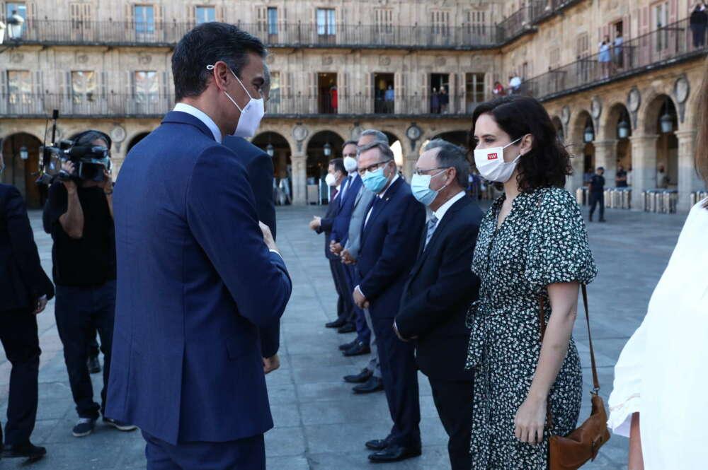 Pedro Sánchez saluda a Isabel Díaz Ayuso antes de la conferencia de presidentes. / Pool Moncloa