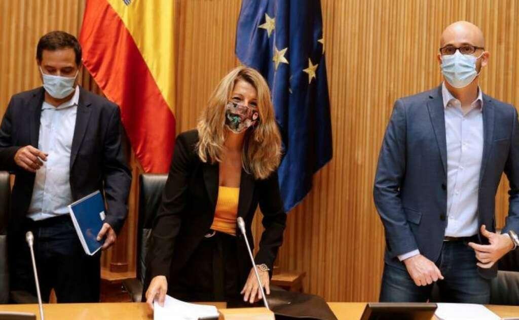 Yolanda Díaz junto a Nacho Álvarez (dcha.) y Josep Vendrell (izq.). / EFE