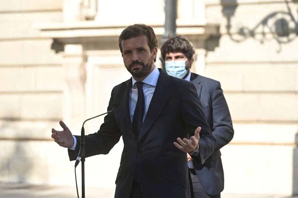 El líder del Partido Popular, Pablo Casado, hace unas declaraciones a la prensa en el ámbito de su participación en el acto de homenaje de estado a las víctimas de la pandemia de la covid-19 y de reconocimiento al personal sanitario, este jueves en el Palacio Real, en Madrid. EFE/Fernando Villar