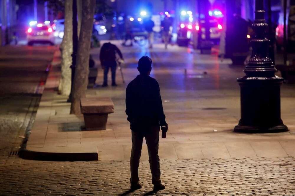 El toque de queda vuelve a Cataluña. En la imagen, una persona permanece en las calles de Barcelona de noche./ EFE