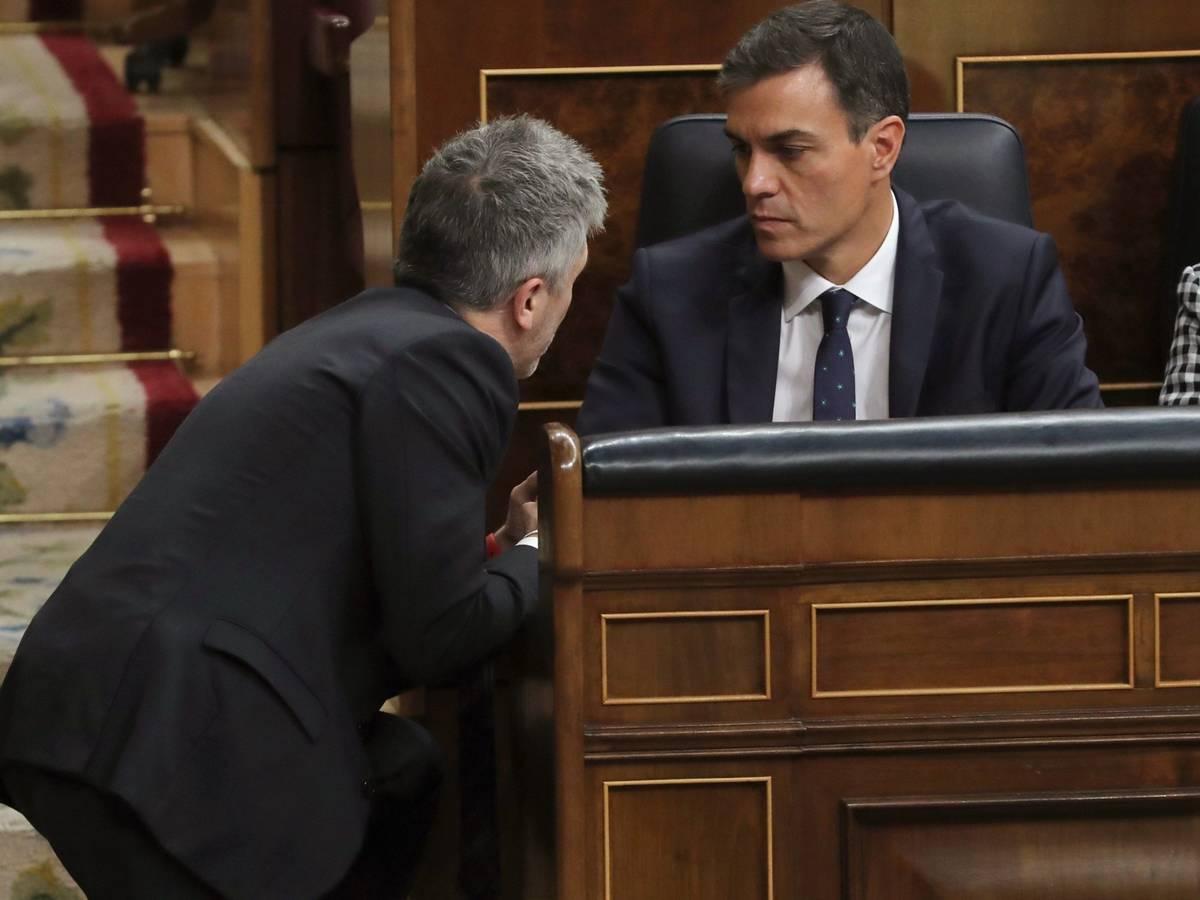 La orden de Marlaska de aplicar la Ley Mordaza a las multas del estado de alarma se convierte en un blindaje para Pedro Sánchez. // EFE