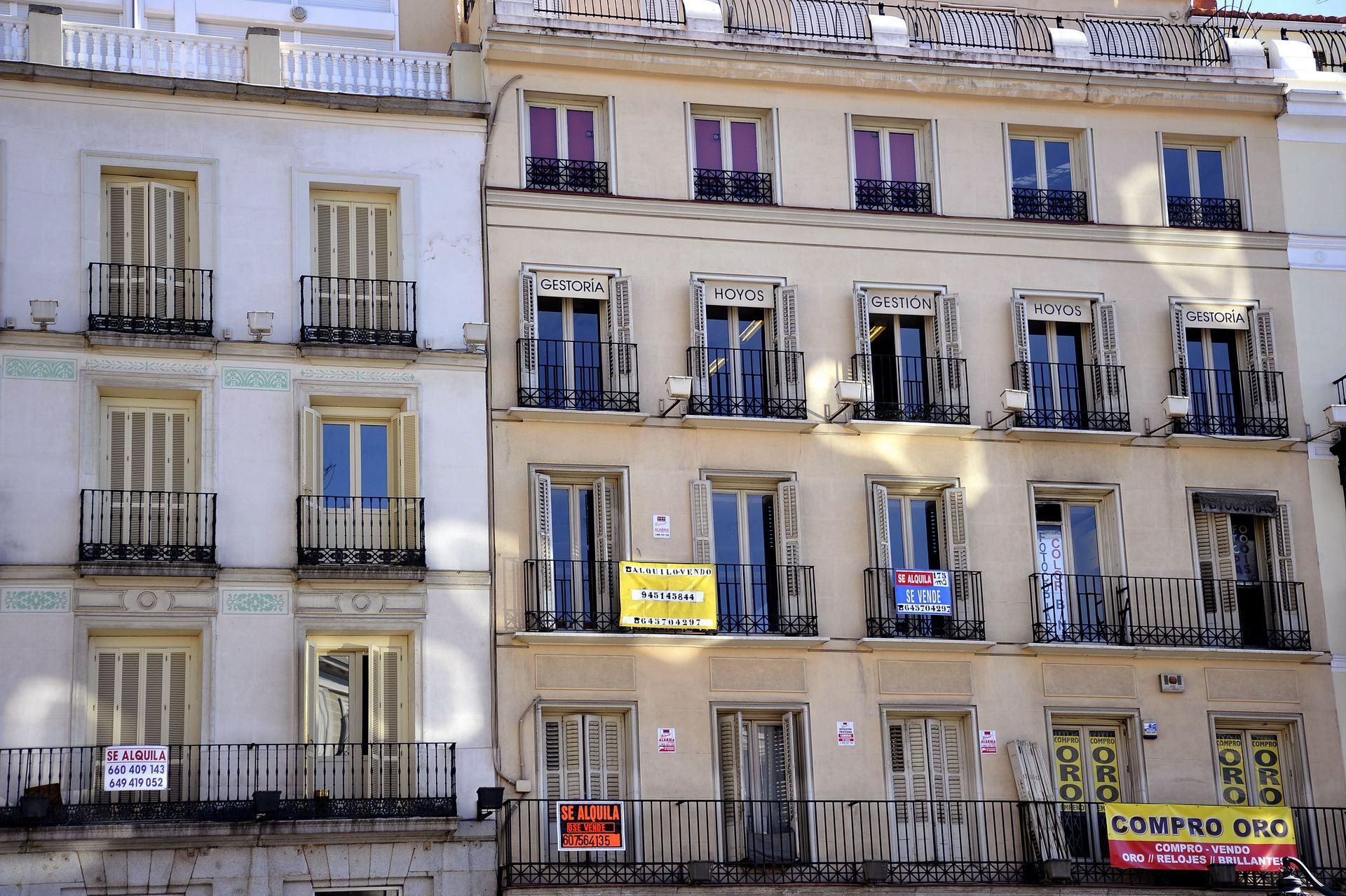 El alquiler en Madrid y Barcelona es un 82% más caro que en el resto de España. En la imagen, la fachada de un edificio de la capital en la que diferentes carteles de venta y alquiler de pisos. EFE/Archivo