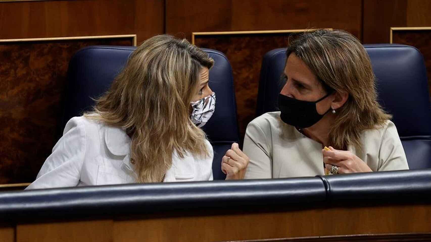 Podemos alenta las manifestaciones contra su Gobierno por el precio de la luz. En la imagen, Yolanda Díaz (UP) y Teresa Ribera (PSOE), conversando durante un pleno parlamentario./ EFE