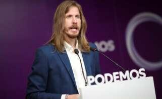 Pablo Fernández, de Podemos, echa en cara al PSOE las puertas giratorias en las eléctricas en plena subida de la luz. // EFE