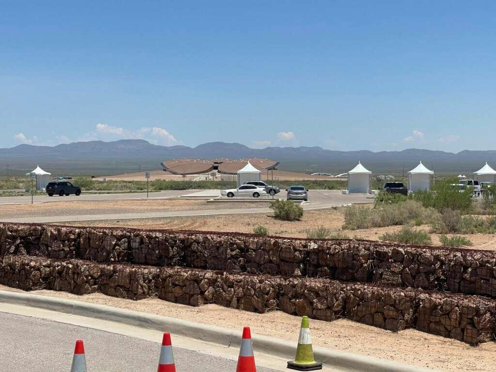 Vista general del edificio Spaceport America, cuya propiedad es del estado de Nuevo México, y que pretende ser un punto de referencia para el turismo espacial en los próximos años hoy, en Truth or Consequences, Nuevo México (EE.UU.).