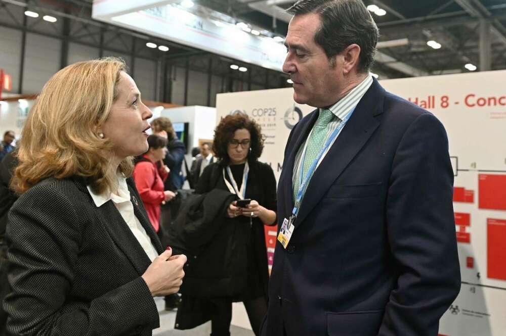La vicepresidenta segunda, Nadia Calviño, y el presidente de CEOE, Antonio Garamendi. EFE.