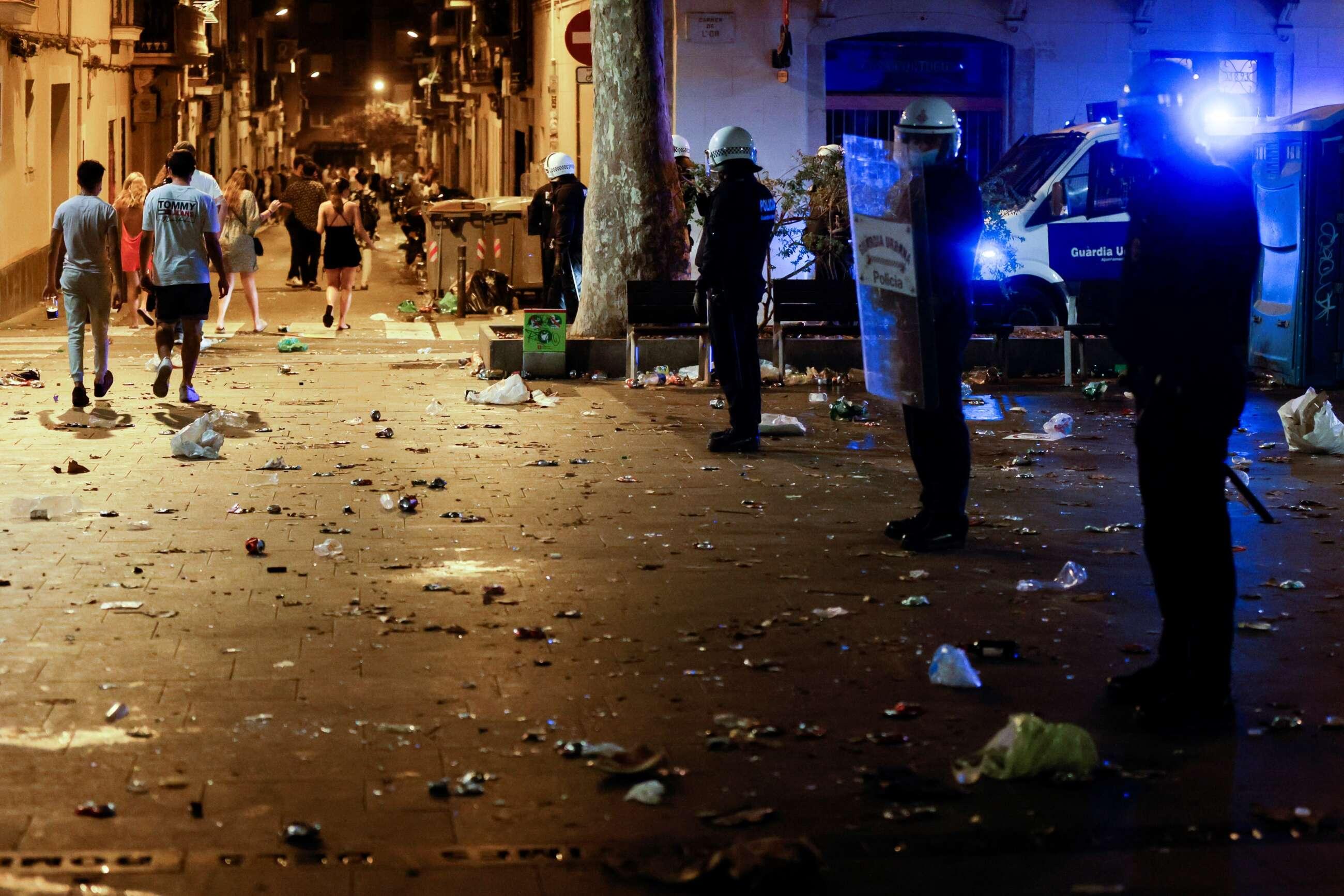 La Guardia Urbana desaloja por aglomeraciones las plazas del barrio Gràcia de Barcelona de la ciudad durante sus fiestas / EFE