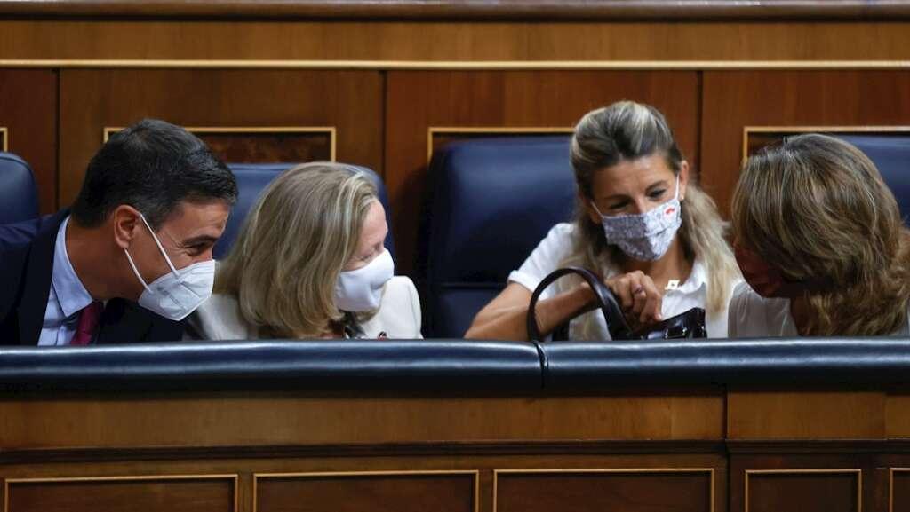 El presidente del Gobierno, Pedro Sánchez (i), conversa con las ministras, Nadia Calviño (2i), Yolanda Díaz (2d) y Teresa Ribera (d), durante la sesión de control al Gobierno celebrada este miércoles en el Congreso. EFE/Juan Carlos Hidalgo