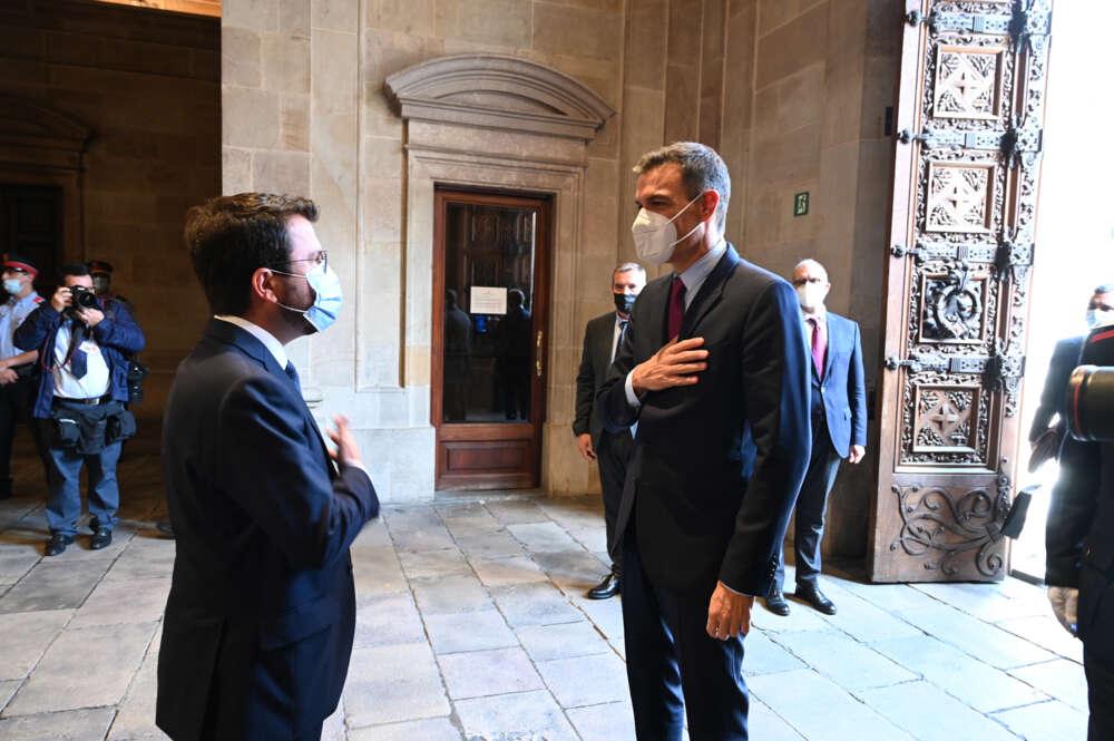 Pedro Sánchez ve muy lejano un acuerdo con Cataluña tras su reunión con Pere Aragonès. // Pool Moncloa