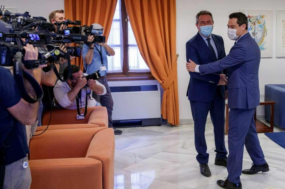 Juanma Moreno y Juan Espadas, en el Parlamento andaluz. // EFE
