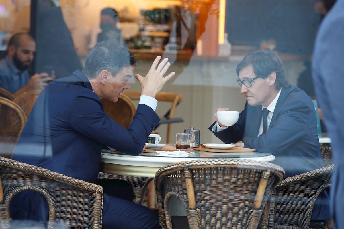 El presidente del Gobierno, Pedro Sánchez, y el líder del PSC, Salvador Illa, se toman un café en una cafetería cercana a la sede de los socialistas catalanes en Barcelona, poco antes de participar en la reunión extraordinaria de la Permanente del PSC. EFE/Toni Albir