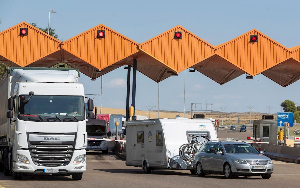 El fin del peaje por la liberalización de la autopista AP-2, que conecta Zaragoza con el Mediterraneo, supone una buena noticia para los municipios colindantes de esta vía en Aragón,aunque ha despertado la incertidumbre sobre cómo afectará en la economia de la zona. En la imagen, el peaje de Pina de Ebro. EFE/JAVIER BELVER