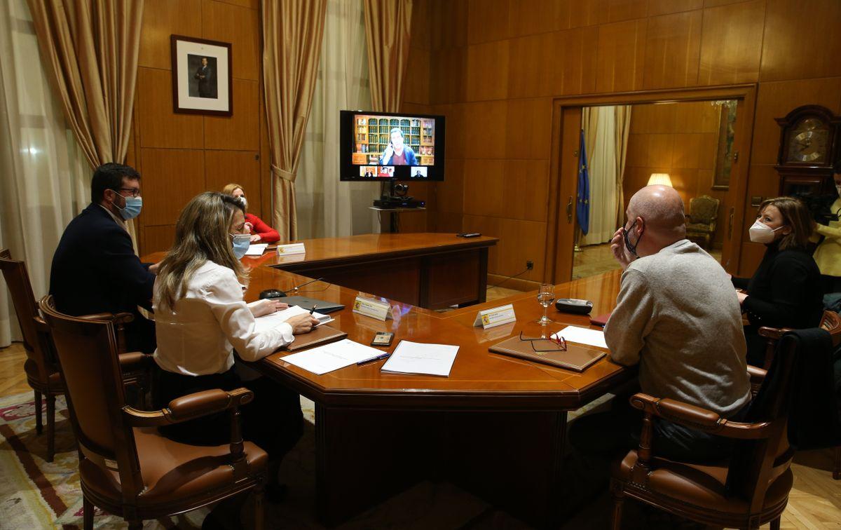 La ministra de Trabajo en una reunión semipresencial con representantes de patronal y sindicatos. / MINISTERIO DE TRABAJO