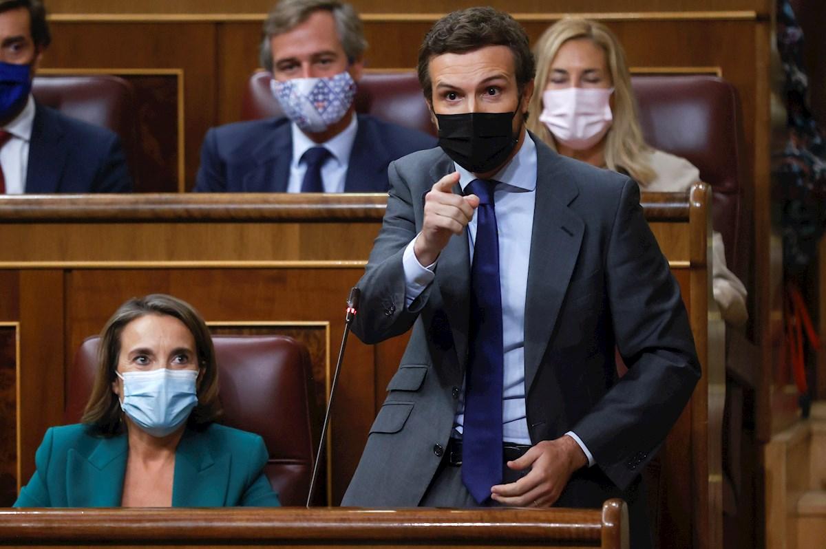 El presidente del PP, Pablo Casado (d), se dirige al presidente del Ejecutivo durante la sesión de control al Gobierno celebrada este miércoles en el Congreso. EFE/Juan Carlos Hidalgo