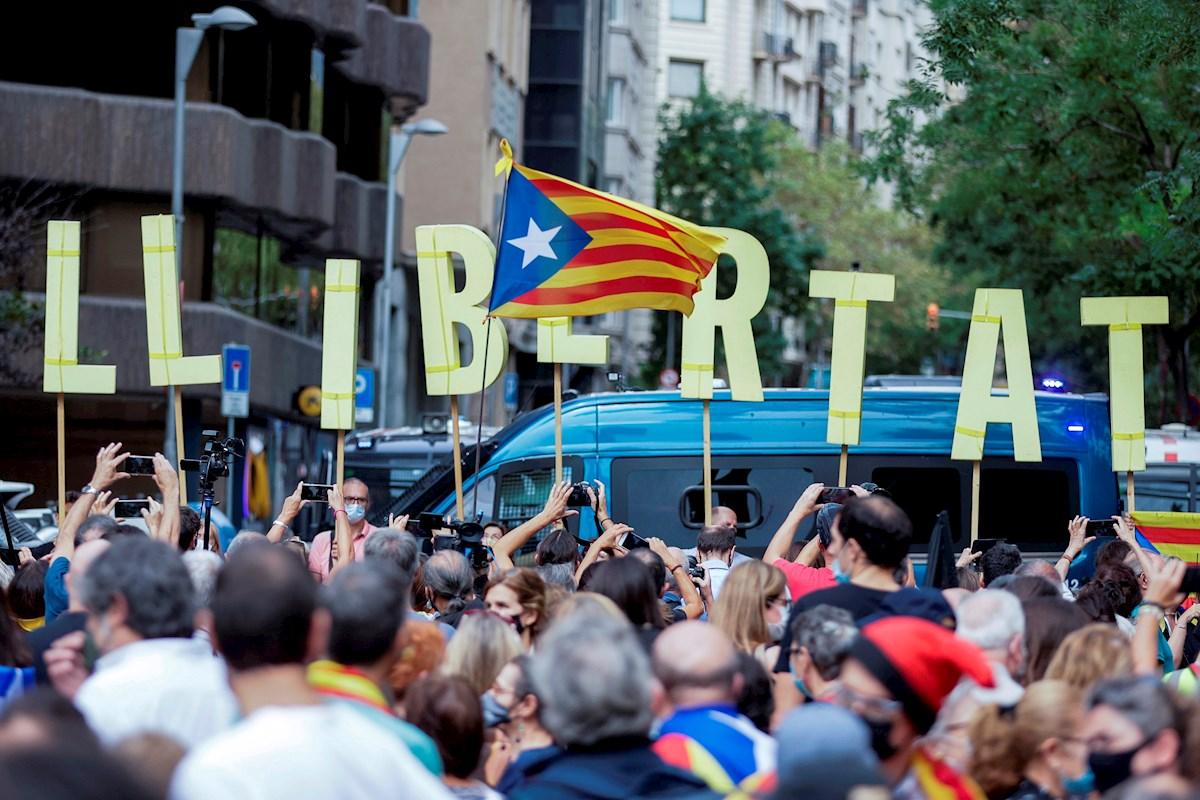 Varias personas participan en la manifestación de este viernes frente al Consulado de Italia en Barcelona para protestar contra por la detención ayer noche del expresidente de la Generalitat Carles Puigdemont en Cerdeña. EFE/ Quique García