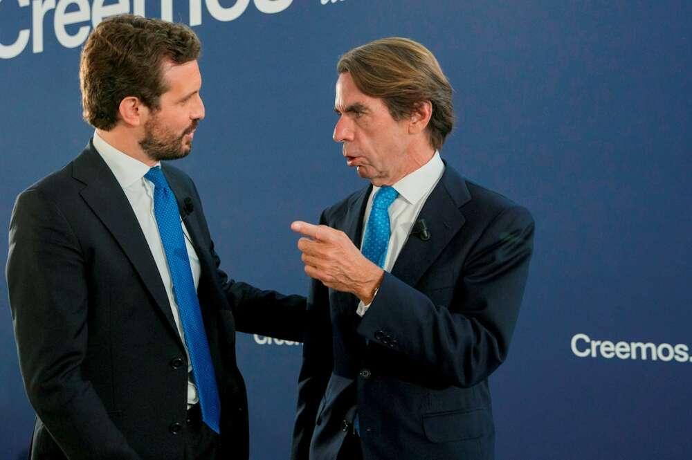 El líder del PP, Pablo Casado, y quien fuese su mentor, el expresidente José María Aznar (d), en la convención nacional del partido que tiene lugar hoy en Sevilla, con quién comparte mesa después de recabar en las primeras jornadas del cónclave el respaldo de dirigentes y exmandatarios europeos. EFE/Julio Muñoz