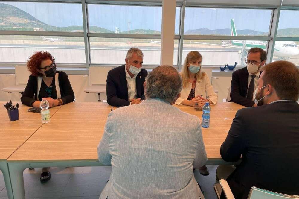 La consejera de Exteriores de la Generalitat, Victoria Alsina, se reúne con el alcalde de Alguer y otras autoridades para negociar la salida de Puigdemont. Foto: Exteriores Cataluña