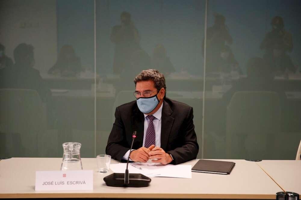 El ministro de Inclusión, Seguridad Social y Migraciones, José Luis Escrivá (d), durante la reunión mantenida esta tarde en Barcelona con la consellera de Igualdad y Feminismos, Tània Verge y con la consellera de Derechos Sociales, Violant Cervera. EFE/Alejandro Garcia