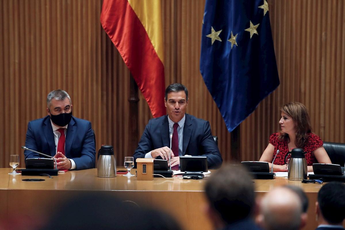 Pedro Sánchez confía en la mesa de diálogo para aprobar los presupuestos. En la imagen, el presidente del Gobierno acompañado por Adriana Lastra y Santos Cerdán, durante la reunión mantenidaeste miércoles. EFE/Javier Lizón