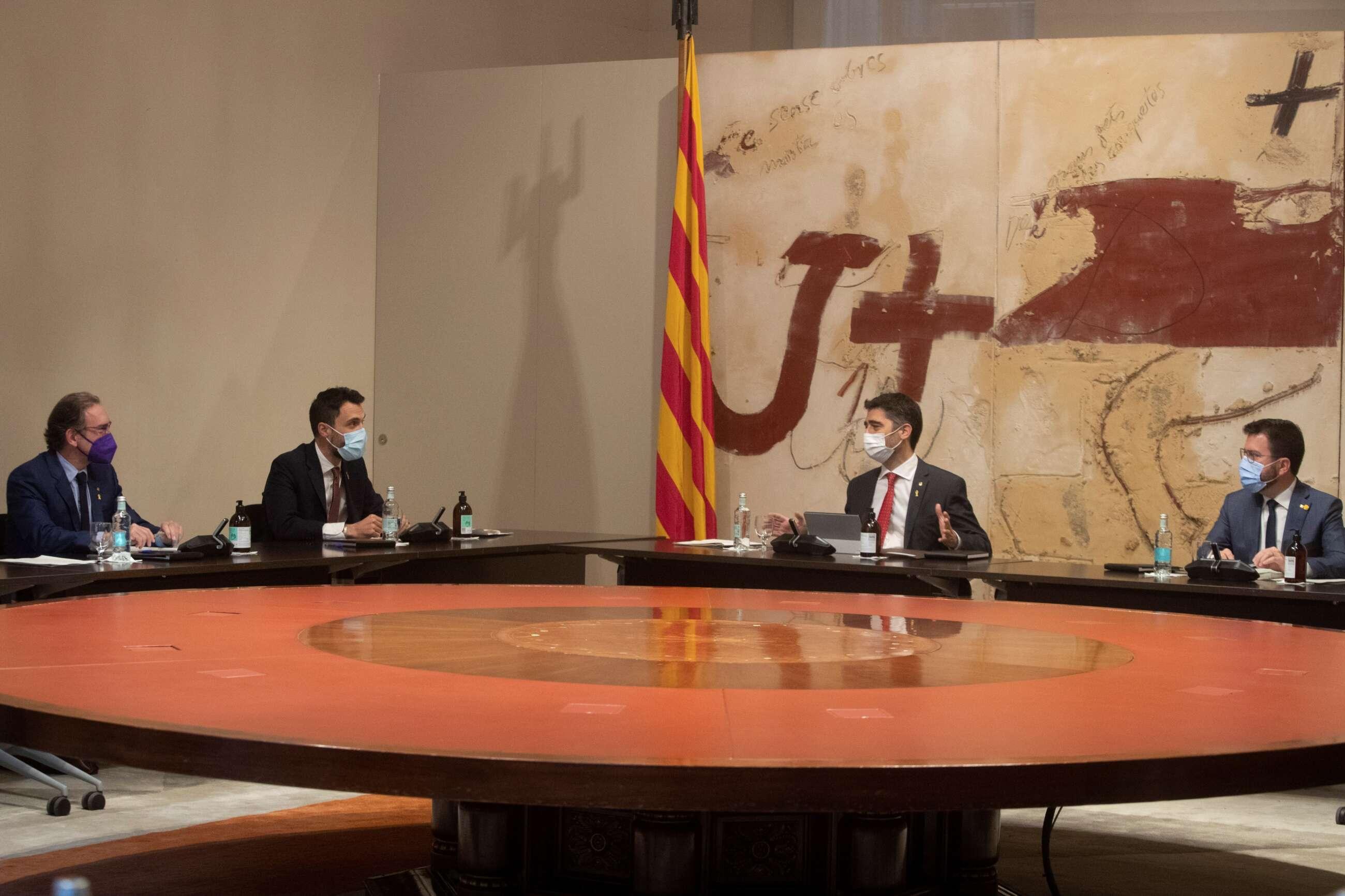 El presidente de la Generalitat, Pere Aragonès (d), junto a su vicepresidente, Jordi Puigneró (2d), y los consellers de Economía, Jaume Giró (i), y Empresa y Trabajo, Roger Torrent (2i), durante la reunión semanal del Govern. EFE/Marta Pérez