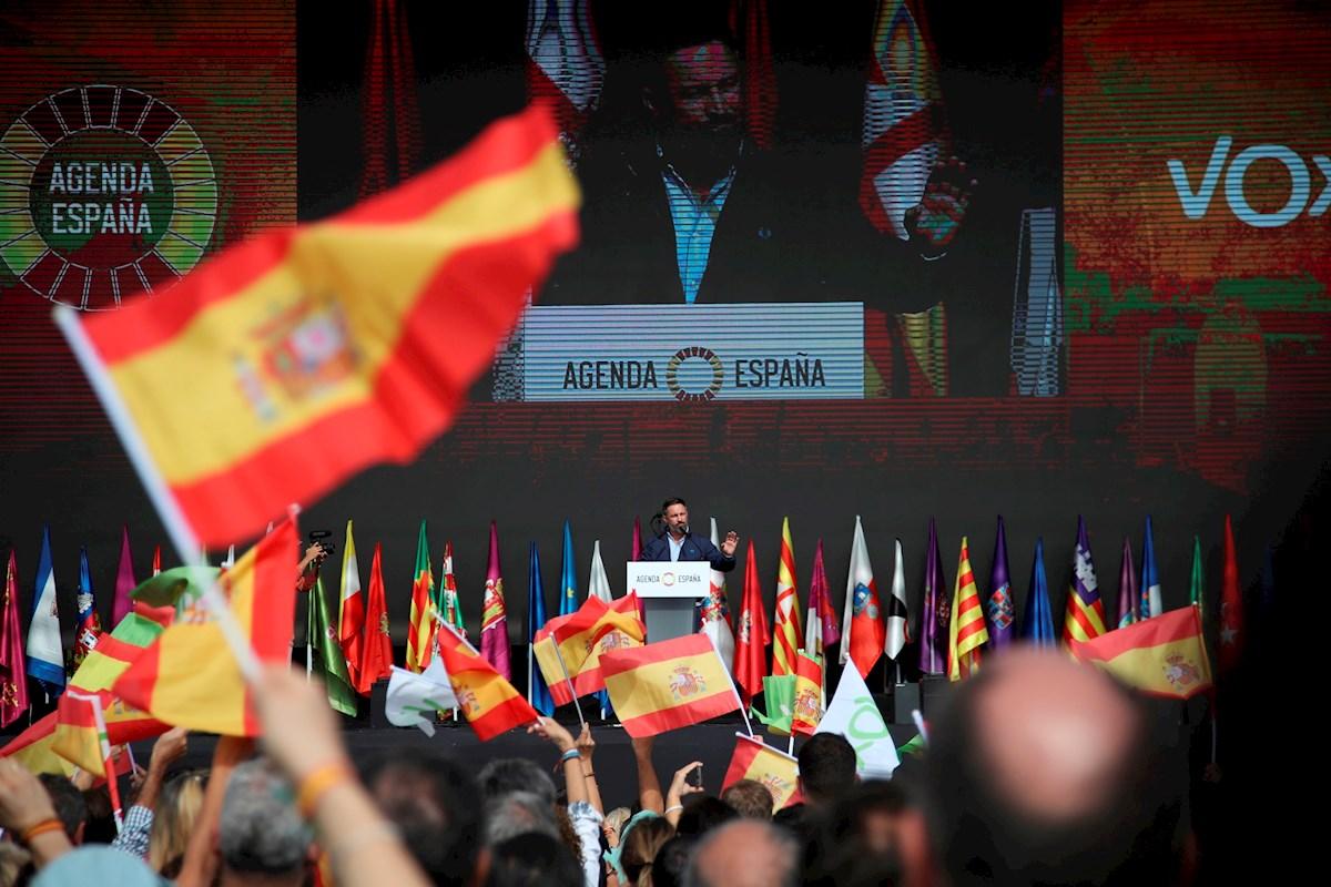 """El presidente de Vox, Santiago Abascal, ha presentado este domingo la """"Agenda España"""", en el acto de cierre de """"Viva 21. La España en pié"""" en el recinto de IFEMA, en Madrid. EFE/David Fernández"""