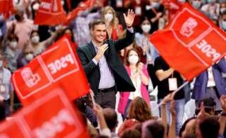 El presidente del Gobierno y Secretario General del PSOE, Pedro Sanchez, saluda ante el Plenario en la clausura del 40 Congreso Federal del partido que se ha celebrado en Valencia. EFE/Biel Aliño