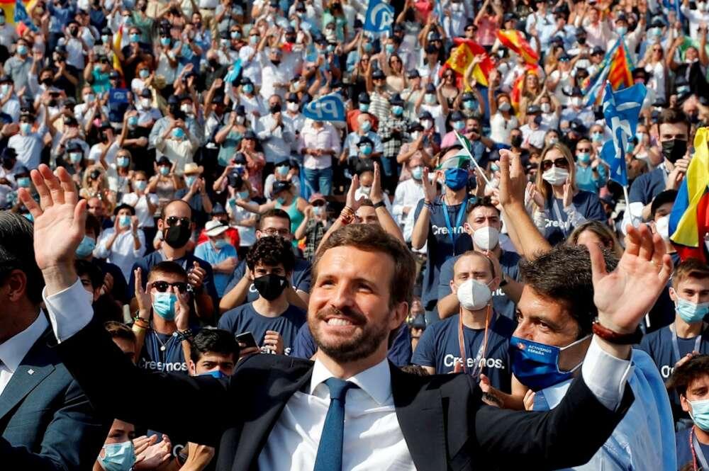 El presidente del PP, Pablo Casado,saluda a los militantes a su llegada a la Plaza de Toros de Valencia, donde cierra hoy la Convención Nacional. EFE/ Manuel Bruque