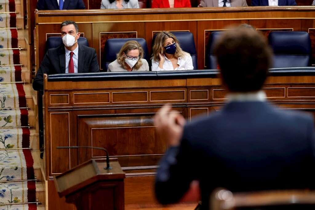 El líder del Partido Popular, Pablo Casado (d), pregunta al presidente del Gobierno, Pedro Sánchez (i), durante la sesión de control al Gobierno celebrada este miércoles en el Congreso de los Diputados. EFE/Chema Moya