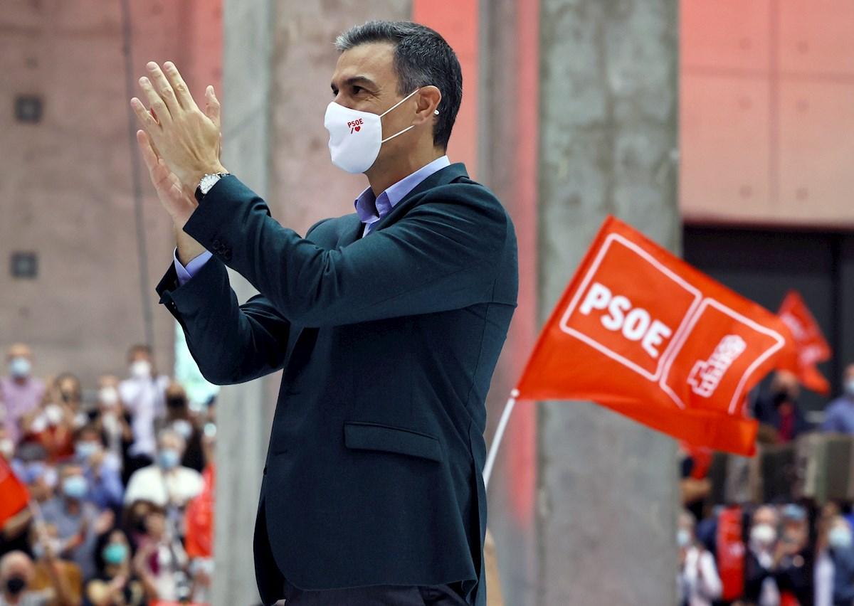 El presidente del Gobierno y Secretario General del PSOE, Pedro Sanchez, saluda en el plenario del Congreso Federal del partido en la instalaciones de Feria Valencia y que hoy se clausura.EFE/ Biel Aliño