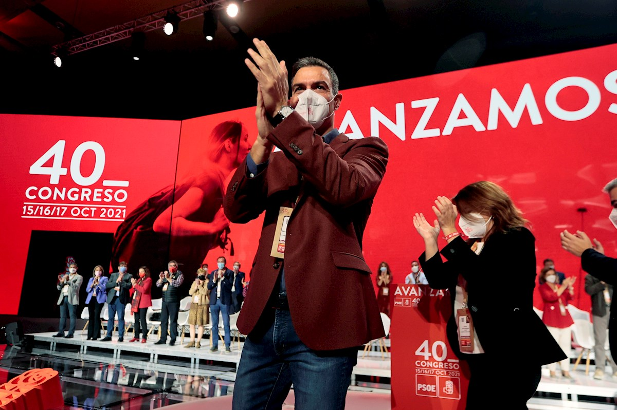 Pedro Sánchez saluda a compromisarios e invitados al inicio de la segunda jornada del Congreso Federal del PSOE que se celebra en las instalaciones de Feria Valencia.EFE/ Biel Aliño
