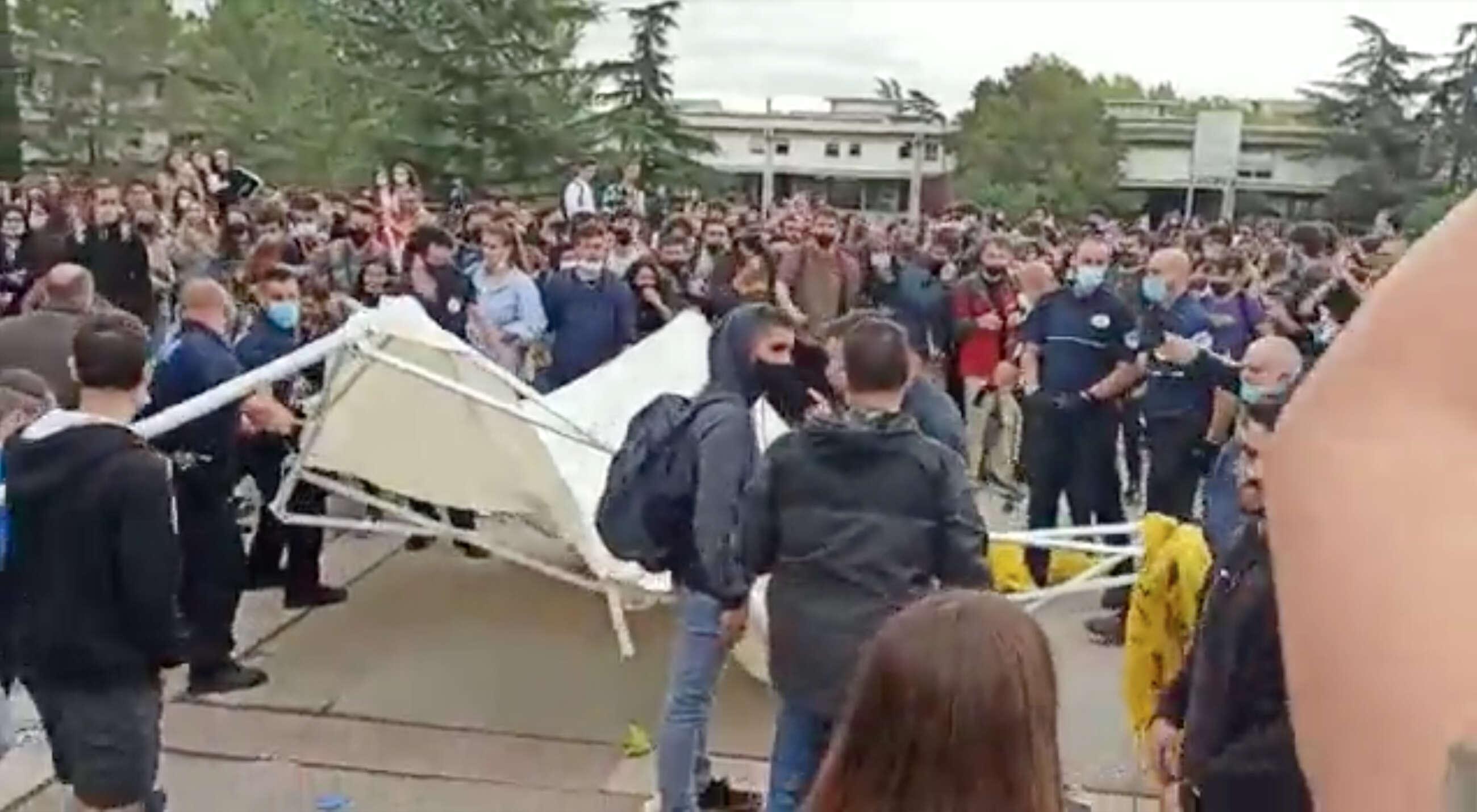 Captura del vídeo difundido por S'ha acabat! donde manifestantes atacan la carpa de la organización constitucionalista en la UAB