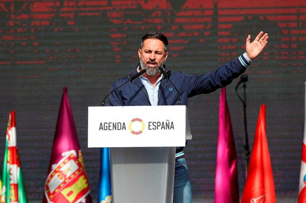 """El presidente de Vox, Santiago Abascal, ha presentado ests domingo la """"Agenda España"""", en el acto de cierre de """"Viva 21. La España en pié"""" en el recinto de IFEMA, en Madrid. EFE/David Fernández"""