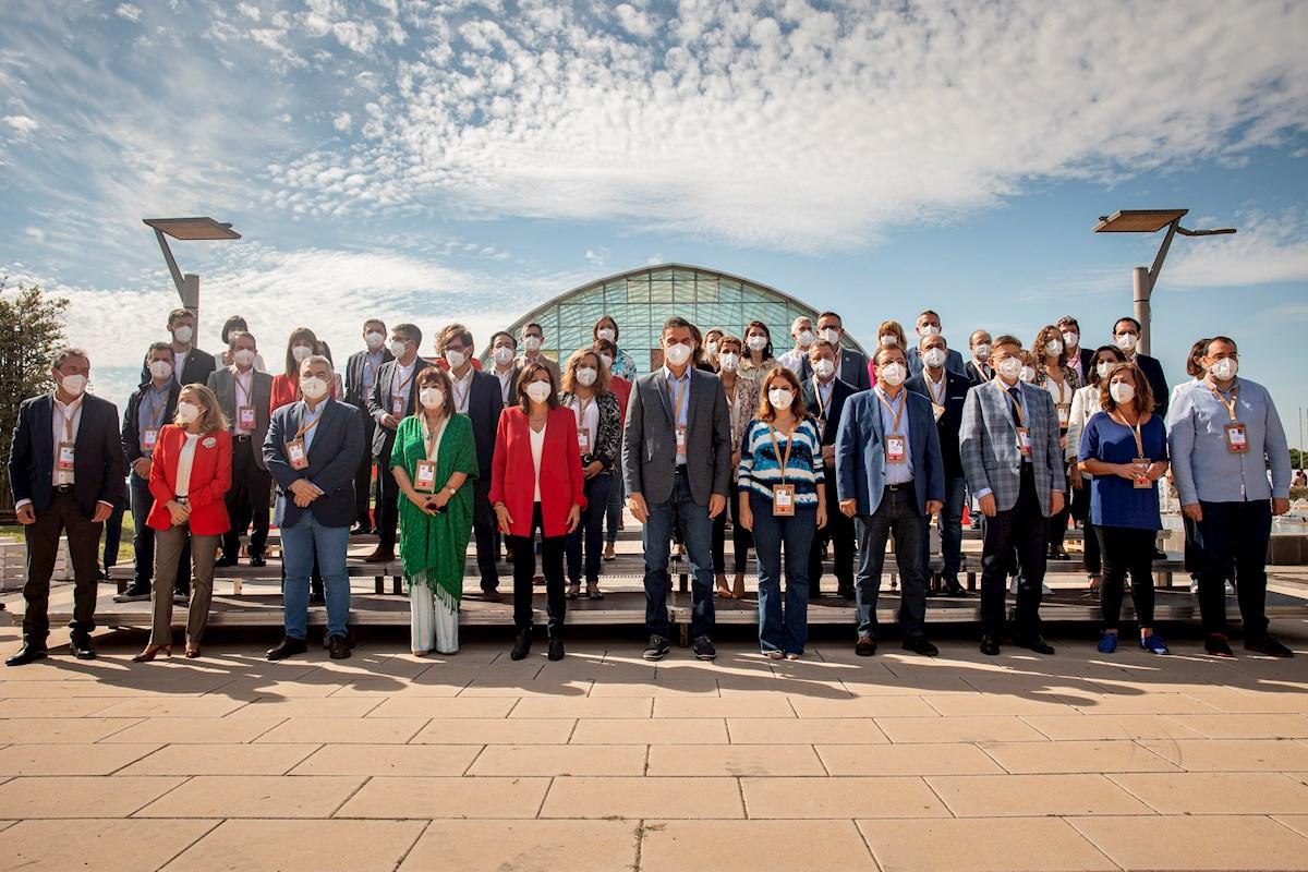 Pedro Sánchez posa junto a los barones del PSOE en el 40 Congreso Federal. Foto: EFE/ Biel Aliño